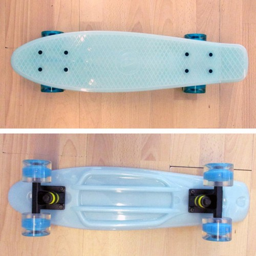 Plastic skateboard 22.5'' that Glows in the dark with Led wheels Light Blue Fish