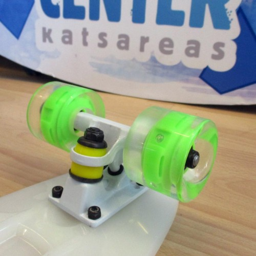 Plastic skateboard 22.5'' that Glows in the dark with Led wheels White Fish